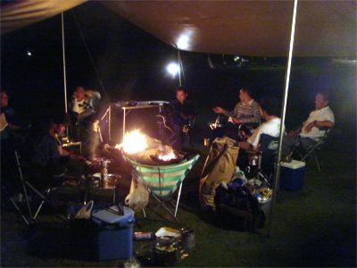 焚火キャンプを楽しむ